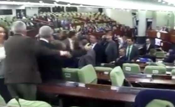 Photo of Bagarres entre députés: L'assemblée nationale, en proie à la violence